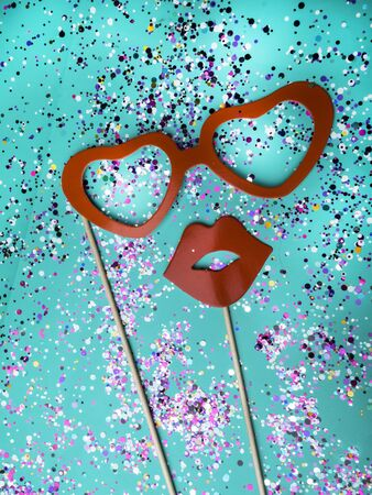 Festive green mint color background with red bright women photo props glasses, lips. Party and wedding set. Foto de archivo - 134544478