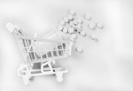 monochrome shopping cart with pills, medical and pharma concept, copy space 免版税图像