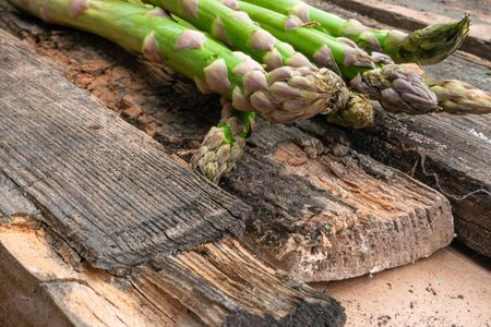 Bunch of fresh green asparagus spears rich in vitamin, glutathione, minerals, on old rustic wooden background Banque d'images