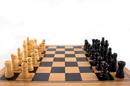 jugando ajedrez: Batalla de juego ajedrez listo para jugar en el tablero de ajedrez de madera Foto de archivo