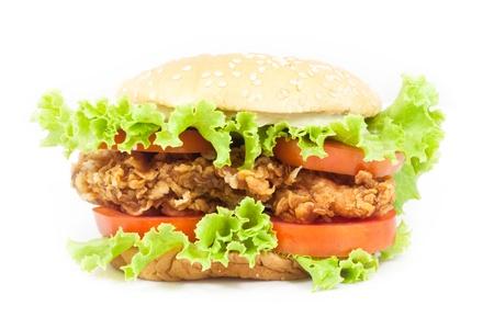 hamburguesa de pollo: Hamburguesa de pollo frito sobre fondo blanco Foto de archivo