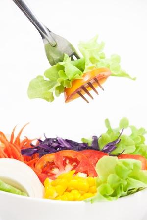 comidas saludables: Ensalada de verduras en un recipiente blanco con alg�n tenedor de Foto de archivo