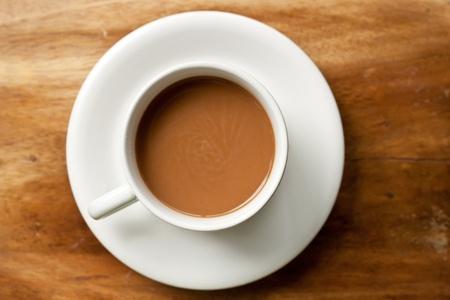 trompo de madera: Caf� caliente en la mesa de madera