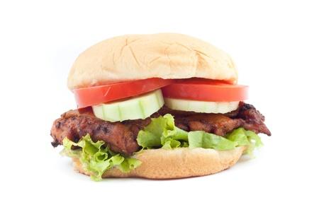 pinchos morunos: Deliciosa hamburguesa de pollo asado con verduras frescas sobre fondo blanco Foto de archivo