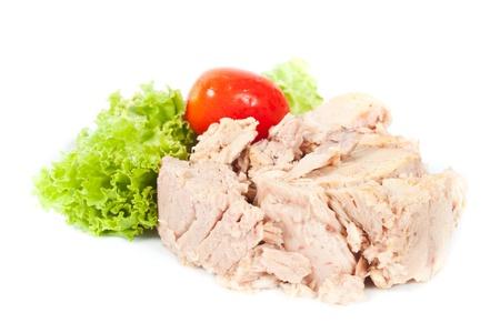 atun: Tuna sobre fondo blanco con verduras Foto de archivo
