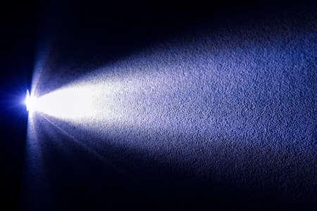 Unfokussierter strukturierter Hintergrundoberflächenschattenrahmen, der von elektrischem Laternenlichtstrahl beleuchtet wird, Muster leerer Kopienraum für Ihren Text