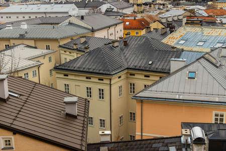 Ansicht von oben Altstadt historisches Straßenviertel beherbergt Dächer urbane Wahrzeichen Fotografie in der europäischen Stadt Salzburg touristische Stätte
