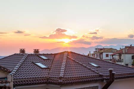 paisaje urbano hito techos de tejas y atardecer rayos de luz y deslumbramiento espacio de copia
