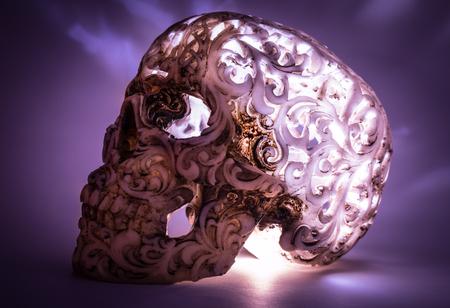 cráneo con el patrón de metal desgastado luz desigual
