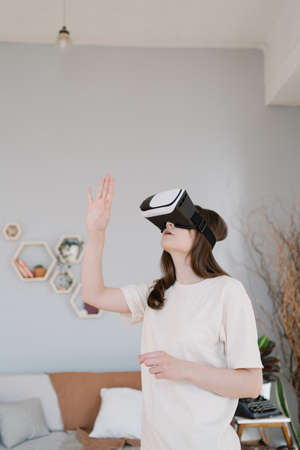 Learning in virtual reality. Innovative VR headset on a young woman Imagens