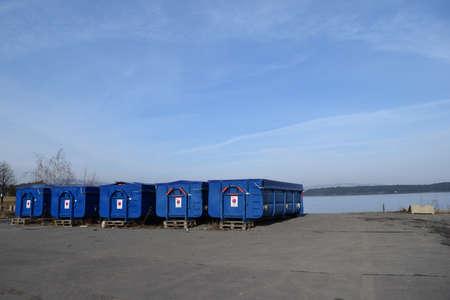 Blauwe dozen dichtbij kust die op het schip wacht