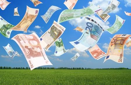dinero euros: La ca�da de euros (fondo del campo)