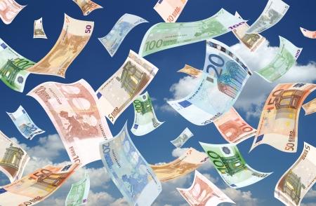 banconote euro: Caduta di euro (fondo cielo) Archivio Fotografico
