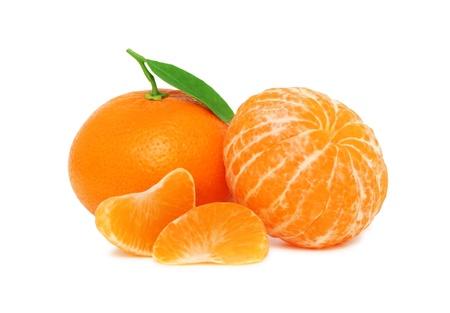naranjas fruta: Dos mandarinas maduras y dos rebanadas con hojas verdes aisladas sobre fondo blanco