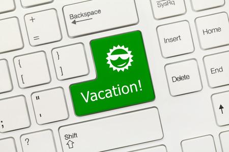 tecla enter: Vista de primer plano en el teclado blanco conceptual - Alquiler (tecla verde)