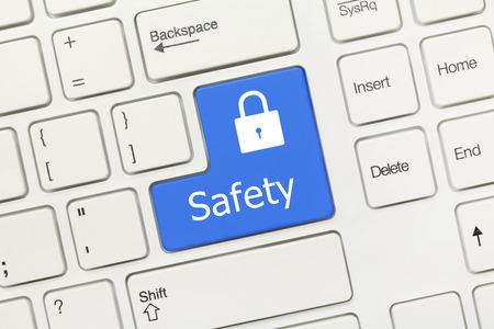 teclado: Vista de primer plano en el teclado blanco conceptual - Seguridad (tecla azul) Foto de archivo