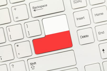 bandera de polonia: Vista de primer plano en el teclado blanco conceptual - Polonia (clave con la bandera)