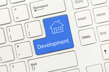 tecla enter: Vista de primer plano en el teclado blanco conceptual - Desarrollo (tecla azul con el símbolo de la casa)