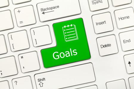 teclado: Vista de primer plano en el teclado blanco conceptual - Metas (tecla verde)