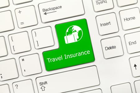 Close-up uitzicht op witte conceptuele toetsenbord - Reisverzekering (groene toets)