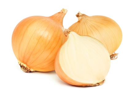 Due cipolle mature intere e mezzo isolate su sfondo bianco