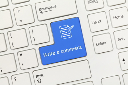 Vista de primer plano en el teclado conceptual blanco - Escribir un comentario (tecla azul)