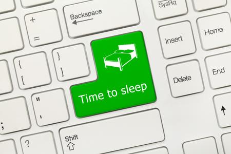 Vista ravvicinata sulla tastiera concettuale bianca - Tempo per dormire (tasto verde)