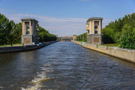 Bloqueo del río en el Canal de Moscú. Instalaciones acuáticas para buques de navegación.
