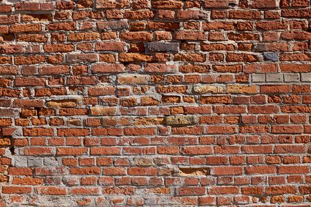 Textur einer alten Backsteinmauer. Altes Mauerwerk aus rotem Backstein. Der Backstein-Hintergrund.