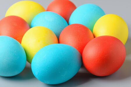 Colorful Easter eggs on a gray background. Easter eggs background. Easter eggs are a symbol and a mandatory attribute of the holiday. Standard-Bild