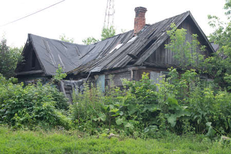 Creepy abandoned and overgrown house. Abandoned housing in a disadvantaged area 스톡 콘텐츠