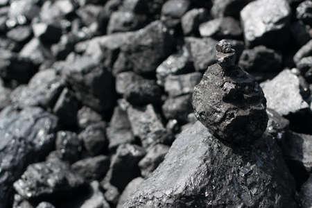 Tas de houille noire naturelle pour le fond de texture. Meilleure qualité de charbons anthracite métallurgiques souvent appelés charbon de pierre et charbon de diamant noir