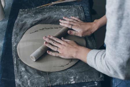 alfarero: Las manos del alfarero femenina rodar la arcilla, en el interior Foto de archivo