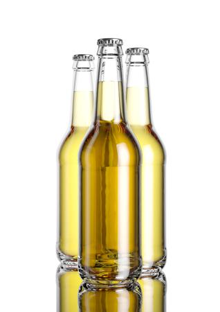 白い背景とミラー table.3D レンダリングのモックアップにビール瓶