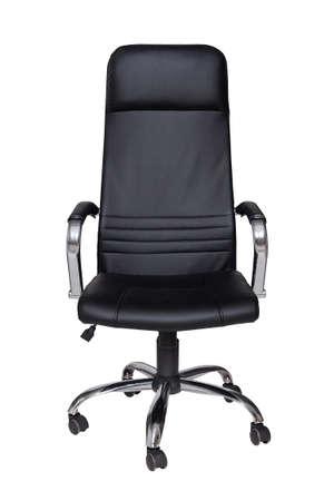schwarzer Ledersessel isoliert auf weißem Hintergrund. Vorderansicht