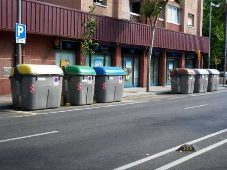 botes de basura: Botes de basura en las calles de Barcelona Editorial