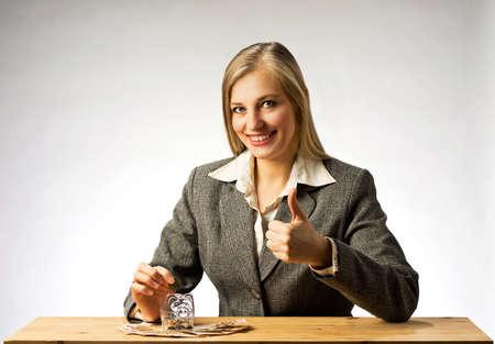 show bill: hucha, monedas y billetes de euro. Primer de billetes de banco. Empresaria ahorro de dinero. Mujer con los pulgares para arriba que muestra el éxito en el negocio.