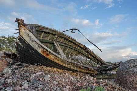 Vieux bateau, rivage, lumière du soir, coucher de soleil, nuages ??et concept d'architecture dans la mer Baltique. Mohni, petite île en Estonie, Europe.