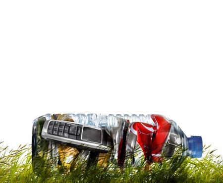 crushed aluminum cans: Productos para el reciclaje. Reciclaje de latas de, tel�fono, botellas. Foto de archivo