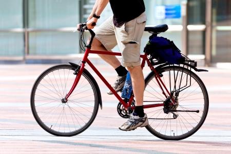 after to work: El hombre de la bicicleta despu�s del trabajo. Escena urbana. Foto de archivo