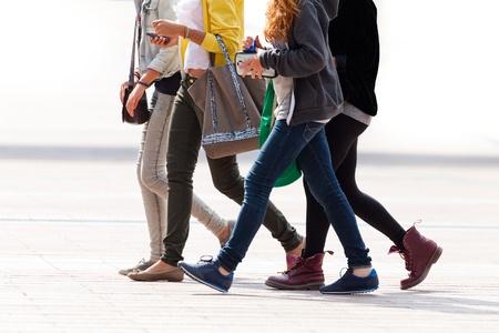 Fröhliche Bande von Teenagern. Stadtlandschaft. Standard-Bild