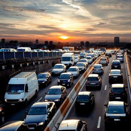 Fin d'après-midi voitures de la circulation Embouteillage scène urbaine