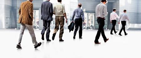 Werknemers gaan tegen het kantoor Panorama Een groep zakenlieden