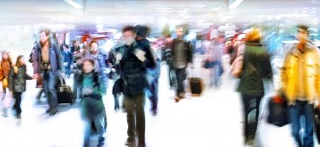 Eine große Gruppe von ankommenden Passagieren Panorama Bewegungsunschärfe Weißer Hintergrund Standard-Bild