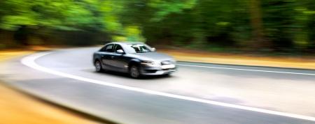 Auto in vage motie op de weg. Abstracte achtergrond. Snelheid. Stockfoto