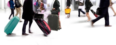 Een grote groep van aankomende passagiers. Panorama. Motion blur.