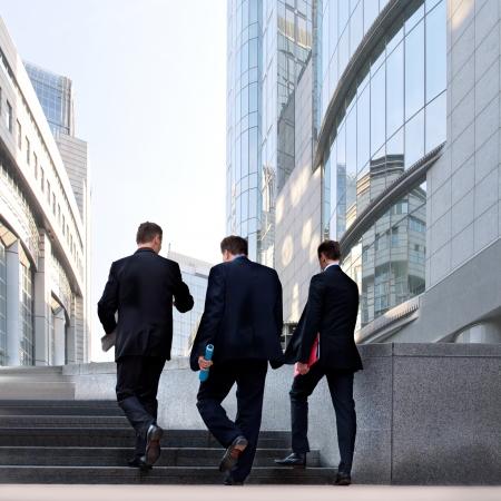 empresario: Un grupo de hombres de negocios en el centro de la escena urbana de negocios