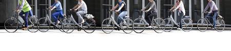 Een grote groep fietsers. Fietsen huren. Urban scene.