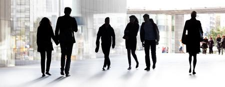 menschen unterwegs: Eine große Gruppe von Menschen auf einem hellen Hintergrund. Panorama. Urban-Szene. Lizenzfreie Bilder