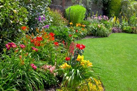 다채로운 가로 형식 정원에서 녹색 잔디입니다. 아름다운 정원. 스톡 콘텐츠
